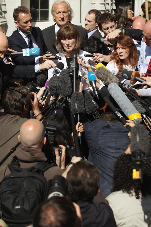 Под девизом «Первой жертвой войны является правда» люди протестуют в поддержку Ассанжа против его экстрадиции в Швецию перед Лондонским судом 30 мая 2012. Фото: Oli Scarff/Getty Images