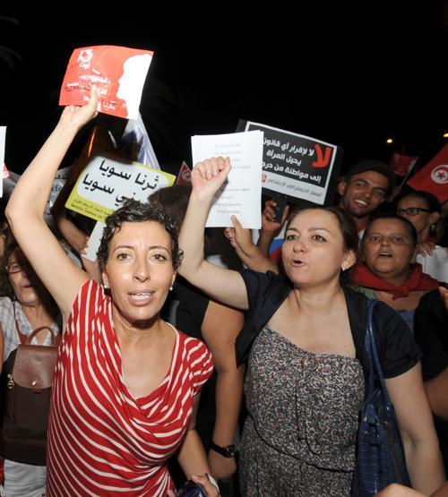 В столице Туниса тысячи людей вышли на демонстрации против ограничения прав женщин правящей партией исламистов Эннахда в понедельник вечером. Фото: FETHI BELAID/AFP/GettyImages