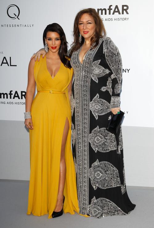 Знаменитости на мероприятии 2012 amfARs Cinema Against AIDS во Франции. Ким Кардашян (Kim Kardashian) - слева и гость. Фоторепортаж. Фото: Andreas Rentz/Getty Images