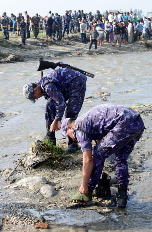 В  авиакатастрофе в Непале погибли 19 человек. Фоторепортаж с места происшествия. Фото: PRAKASH MATHEMA/AFP/GettyImages