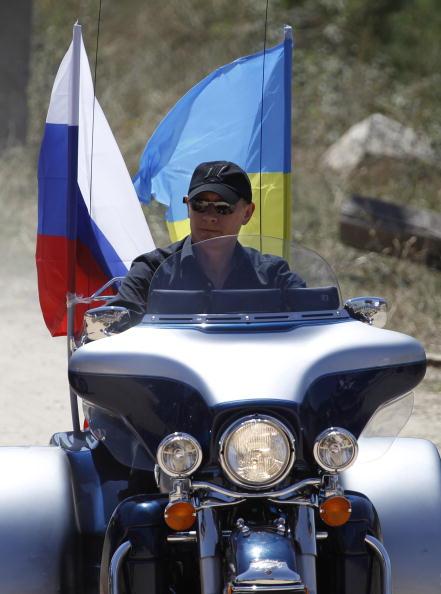 У Озерo Гасфорт в Крыму по Севастополем Путин встретился с байкерами. Фото:  SERGEI KARPUKHIN/AFP/Getty Images