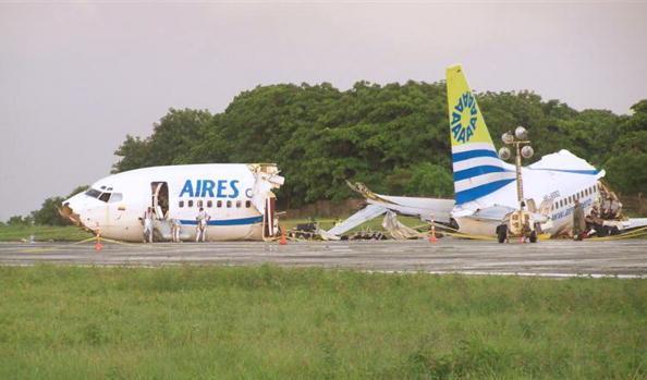 Boeing 737 при посадке в колумбийском порту раскололся на три части: одна пассажирка погибла, 114 получили травмы. Фото: POLICIA NACIONAL/AFP/Getty Images