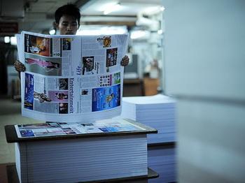 Бирма: работник типографии проверяет листы местного журнала, Рангун, 20 августа. Фото: Soe Than WIN/AFP/GettyImages