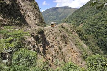 Автобус в Боливии. Фото: AIZAR RALDES/AFP/Getty Images)