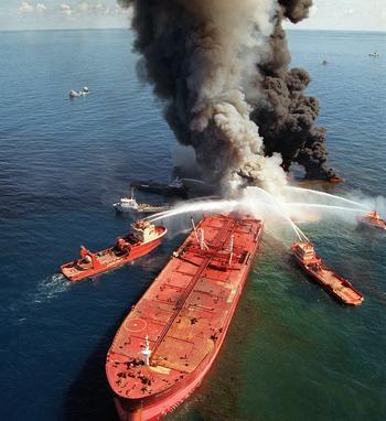 В Мексиканском заливе  взорвалась очередная нефтяная буровая вышка, один человек пострада. Фото: WALTER FRERCK/AFP/Getty Images