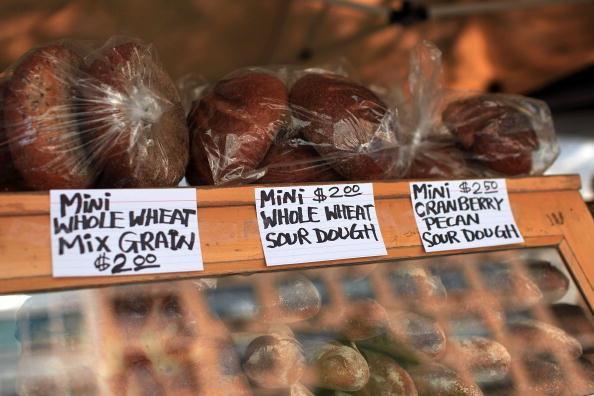 Запрет на вывоз зерна из России вызвал панику на международных сырьевых рынках. На Манхэттенском рынке  в Нью-Йорке показаны возросшие продажные цены на хлеб и хлебобулочные изделия. 6 августа 2010. Фоторепортаж. Фото: Spencer Platt/Getty Images