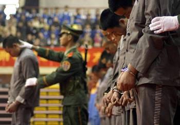 Массовая экзекуция приговоренных к смерти заключенных в Китае. По сообщению Amnesty International, в Китае ежегодно казнят больше людей, чем во всех странах мира, вместе взятых. Фото: AFP/Getty Images