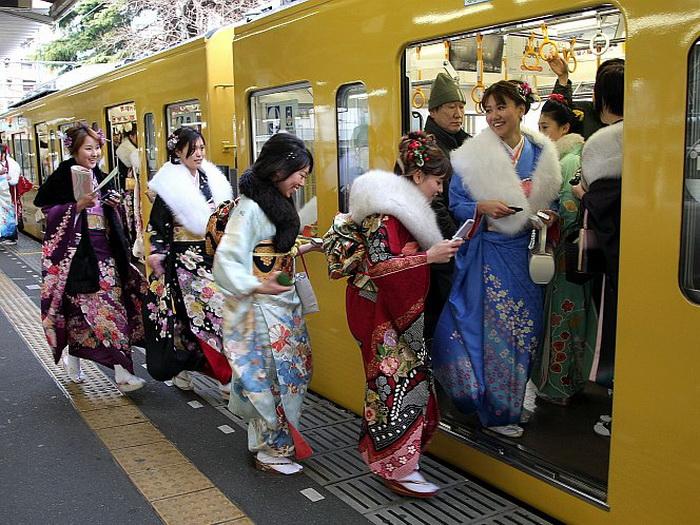 Японские 20-летние девушки оделись в традиционные кимоно на ежегодный праздник «День совершеннолетия», Токио, Япония. Фото: Koichi Kamoshida/Getty Images