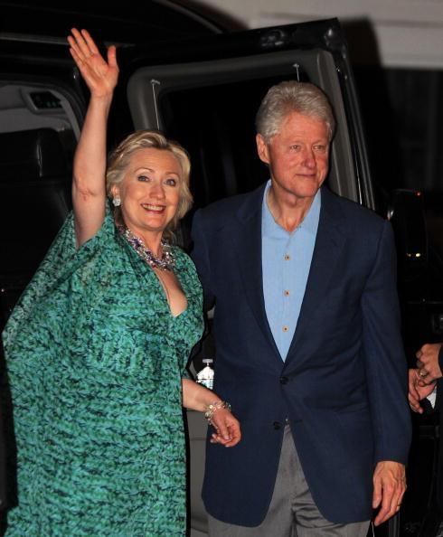 Челси Клинтон сопровождают отец и мать Билл Клинтон и Хиллари Клинтон в торжестве за день до бракосочетания в Райнбеке. Фото: Michael Loccisano/Getty Images
