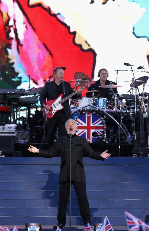 Концерт звезд  в честь бриллиантового юбилея  прошёл в Букингемском дворце. Sir Tom Jones. Фоторепортаж. Фото: Dan Kitwood/Getty Images