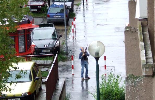 Братислава – столица Словакии, Девинск Нова Вес. На месте кровавой бойни. 50 – летний бандит на Братислэва-Стрит утром 30 августа. Фоторепортаж. Фото: SAMUEL KUBANI/AFP/Getty Images