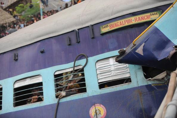 На месте крушения поездов в Индии. Фоторепортаж. Фото: Diptendu DUTTA, Sajjad HUSSAIN, Deshakalyan CHOWDHURY/AFP/Getty Images