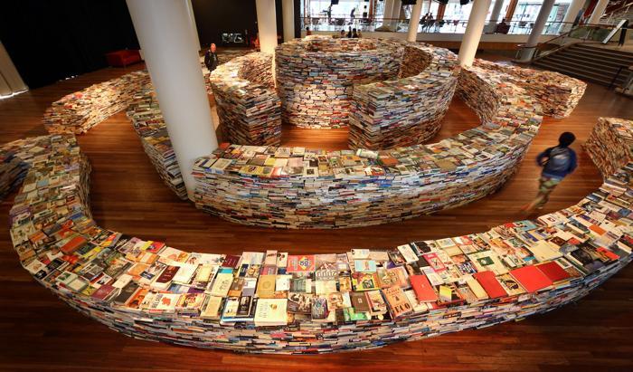 Лабиринт из 250 тысяч книг aMAZEme создали бразильские художники в Лондоне. Фоторепортаж.  Фото: Peter Macdiarmid/Getty Images
