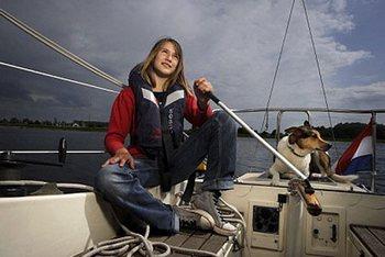 Лора Деккер - 14-летняя яхтсменка отправилась в одиночную кругосветку. Фото с сайта vesti.kz