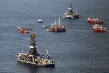 В Мексиканском заливе была замечена новая разлившаяся нефть на воде. Разлившаяся нефть была замечена спасателями, ликвидирующими последствия аварии нефтяной скважины