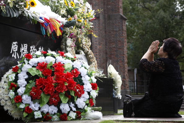 Бомбардировка Нагасаки. День памяти жертв, погибших 65 лет назад   Фото: Kiyoshi Ota/Getty Images