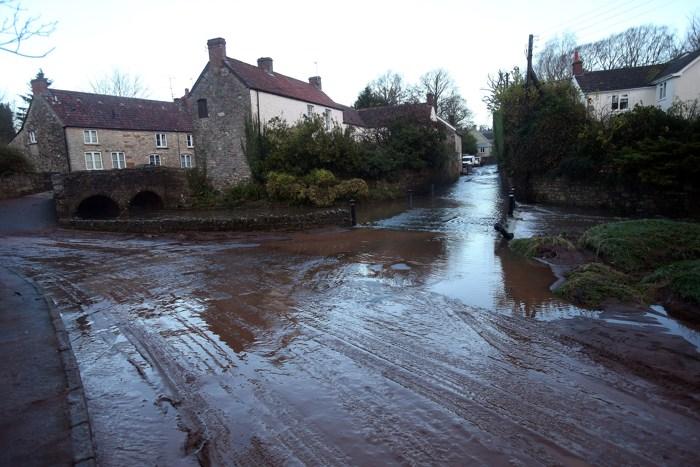 Наводнения в большей части Великобритании создали хаос | Великая Эпоха