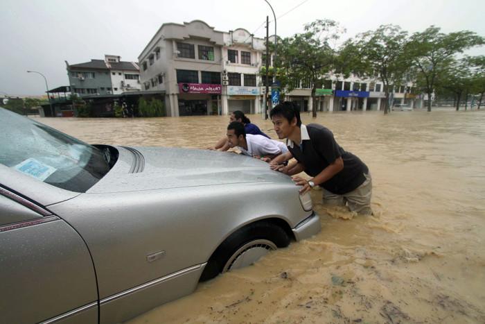 Фоторепортаж о наводнении в Малайзии. Фото: STR/AFP/Getty Images
