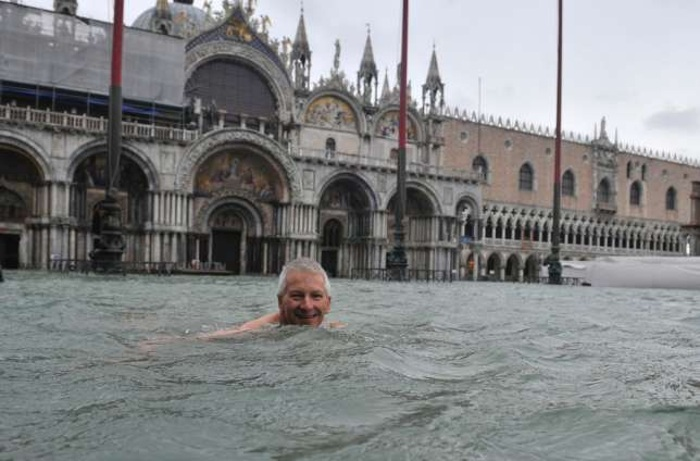 Наводнение в Венеции: Туристы плавают на площади Сан-Марко. Фото с сайта blick.ch