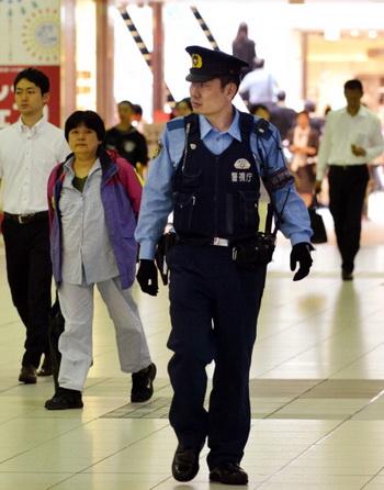 Полиция патрулирует станции метро в Токио. Фото: YOSHIKAZU TSUNO/AFP/GettyImages