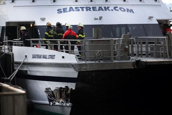 Паром врезался в пирс в Нью-Йорке, 57 человек получили ранения.  Фото: Spencer Platt/Getty Images