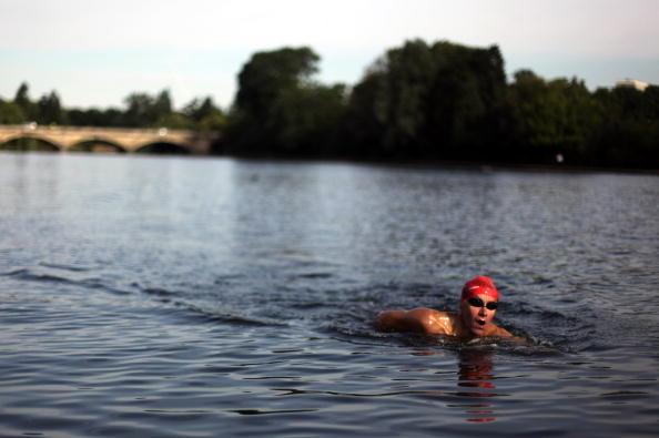 Наслаждение утренним плаванием. Фоторепортаж. Фото: Dan Kitwood/Getty Images