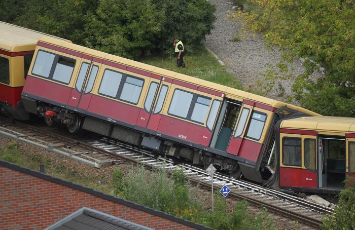 В Берлине сошёл с рельс пригородный поезд, пять человек получили ранения.  Фоторепортаж с места происшествия. Фото: Sean Gallup/Getty Images