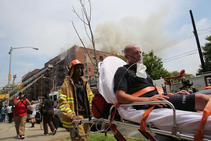 Фоторепортаж и видео о пожаре семиэтажного дома в Бруклине. Фото: Spencer Platt/Getty Images