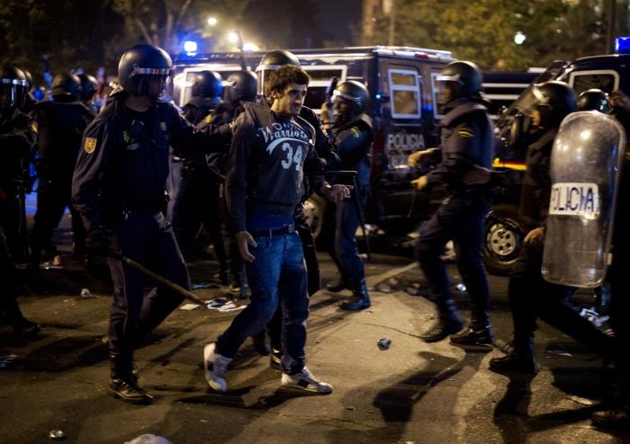 Во время протестов радикальных групп против правительственной политики экономии дошло до массовых беспорядков перед мадридским парламентом в Испании 25 сентября 2012 г. Фото: Pablo Blazquez Dominguez/Getty Images