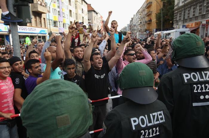 Полиция охраняет порядок во время протестов против исламистов 18 августа 2012 г. в Берлине. Фото: Sean Gallup/Getty Images