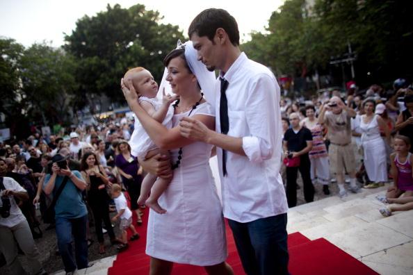 Юлия Тагил и  Стас Гранин сыграли альтернативную свадьбу на площади Тель-Авива в Израиле. Фоторепортаж. Фото: Uriel Sinai/Getty Images