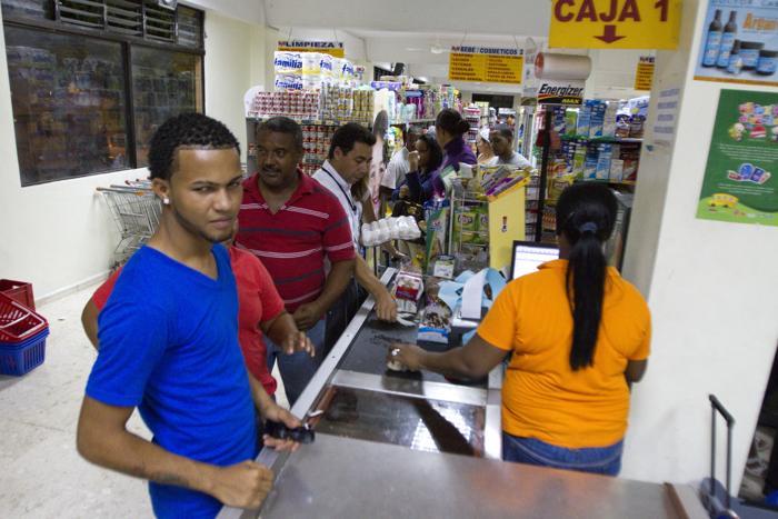 В ожидании урагана Исаака,  доминиканские граждане закупают продукты в супермаркете в Barahona, на юго-западе Доминиканской Республики от 23 августа 2012 года. Фоторепортаж. Фото:  ERIKA SANTELICES/AFP/GettyImages