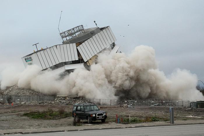 Первое здание, повреждённое во время землетрясения, взорвано в Крайстчерче.  Фоторепортаж. Фото: Martin Hunter/Getty Images