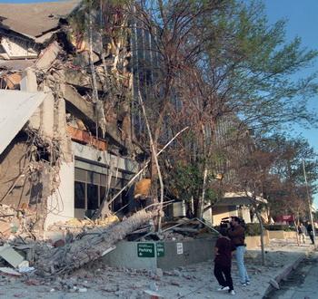 Землетрясение.  Фото: HAL GARB/AFP/GettyImages