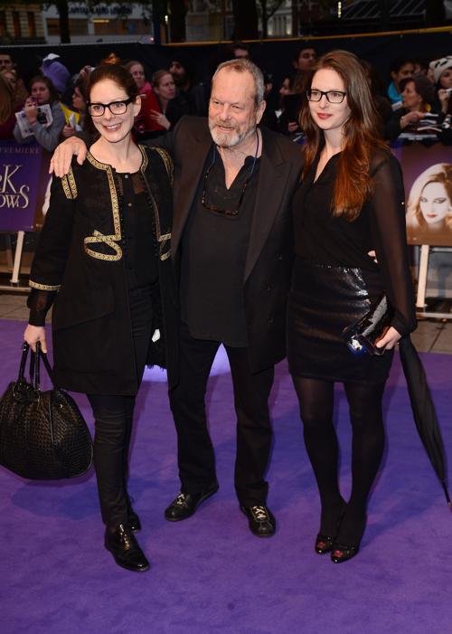 Знаменитости на британской премьере фильма «Мрачные тени» (Dark Shadows) 9 мая в Лондоне. Тим Бёртон  режиссер Терри Гиллиам с дочерьми Эми и Холли (Amy, Terry and Holly Gilliam). Фоторепортаж. Фото: Ian Gavan/Getty Images