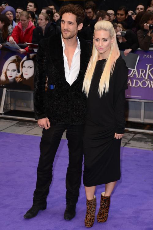 Знаменитости на британской премьере фильма «Мрачные тени» (Dark Shadows) 9 мая в Лондоне. Кимберли Уайатт (Kimberly Wyatt) (справа) и гость. Фоторепортаж. Фото: Ian Gavan/Getty Images