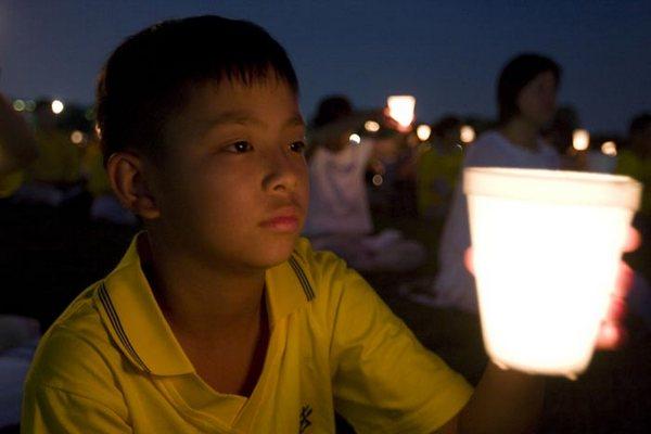 Последователи Фалуньгун. Церемония с зажжёнными свечами  у монумента Вашингтона. Фото с сайта ru-enlightenment.org