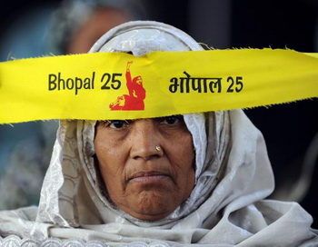 Индийские активисты устроили митинг, посвященный 25-летней годовщине в память о жертвах газового отравления 1984 года в Бхопале. Фото: Indranil Mukherjee/AFP/Getty Images
