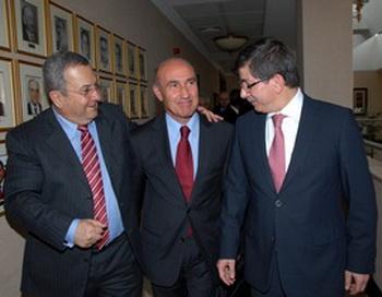 Министр обороны Эхуд Барак с турецким министром обороны Ахматом Даватогуло (справа) и послом Турции в Израиле Ахматом Джеликолем (в центре) во время последнего визита в Анкару. Фото с сайта epochtimes.co.il