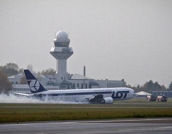Аэропорт Варшавы из-за аварийной посадки Боинга-767 будет закрыт на сутки. Фото: WOJTEK RADWANSKI/AFP/Getty Images