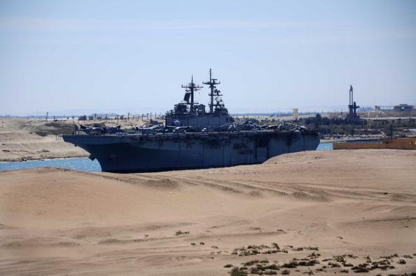 Суэцкий канал. Два военных корабля США пришли  утром в среду в Суэцкий канал и направились к Ливии. Фото: AFP/Getty Images