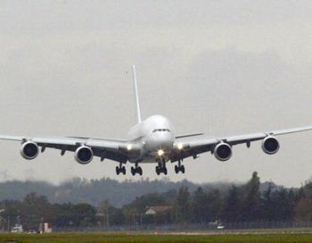 В Сингапуре Airbus А380 совершил экстренную посадку из-за отказа двигателя . Фото: ERIC CABANIS/AFP/Getty Images