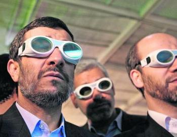 Иранский президент Махмуд Ахмадинешад (слева) продолжает вести ядерную программу вопреки международным предупреждениям. Фото: abendblatt.de