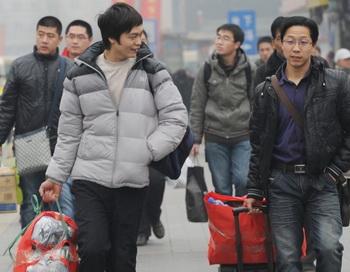 Трудящиеся-мигранты спешат на поезда, чтобы побывать дома во время китайского Нового года, Пекин, 17 января 2012 года. Фото: Mark Ralston/AFP/Getty Images
