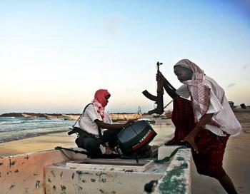 Сомалийские пираты захватили сирийское судно с грузом сахара. Фото: Mohamed DAHIR/AFP/Getty Images