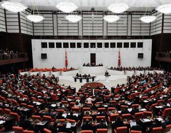 Теперь в парламенте Турции женщинам можно носить брюки, до сих пор это было запрещено. Фото: bild.de