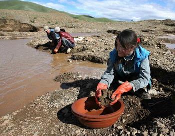 Нелегальные искательницы золота в Уянга Сум: вопреки богатым природным ресурсам, треть населения Монголии живет за чертой бедности. Фото: sueddeutsche.de