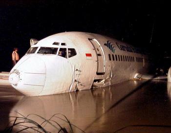 В Индонезии потерпел аварию пассажирский самолёт. Фото:AFP/Getty Images