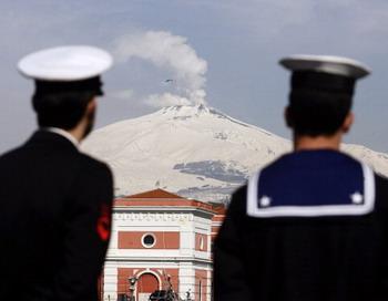Вулкан Синмоэ в Японии вновь  активизировался. Фото: MARCELLO PATERNOSTRO/AFP/Getty Images