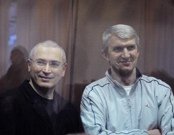Михаила  Ходорковского и Платона Лебедева узниками совести просит признать   российская общественность. Фото: DMITRY KOSTYUKOV/AFP/Getty Images